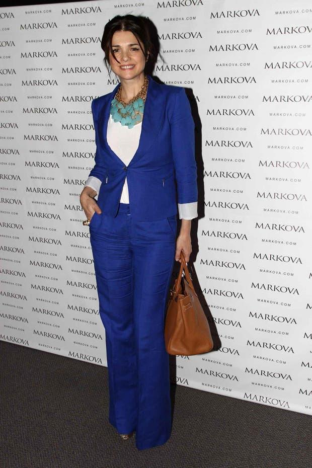 Araceli González posa en el stand de Markova; ella es la imagen de la marca
