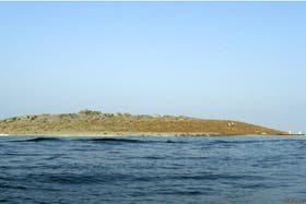 El primer bote en arribar a la nueva isla en la costa de Pakistán