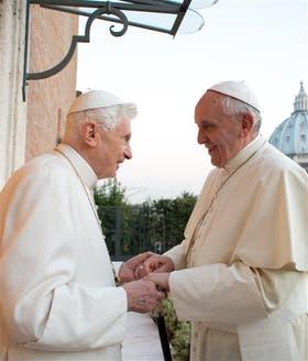 Francisco visitó ayer a Benedicto XVI, su antecesor, en el monasterio vaticano donde vive