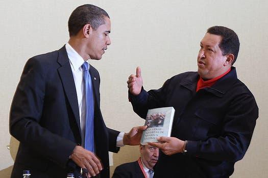 """En abril de 2009 Hugo Chávez, entonces presidente de Venezuela, le regala a su par de EE.UU, Barak Obama, el libro """"Las venas abierta de América Latina"""". Foto: Archivo"""