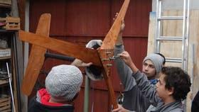 Alumnos del Colegio Don Bosco ensamblando un aerogenerador en el Centro Atómico Bariloche