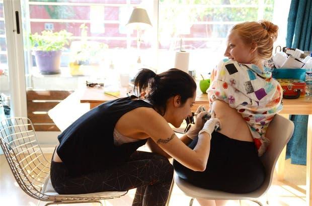 Discreción femenina: una escena repetida en lo de la tatuadora Lucía Franzé