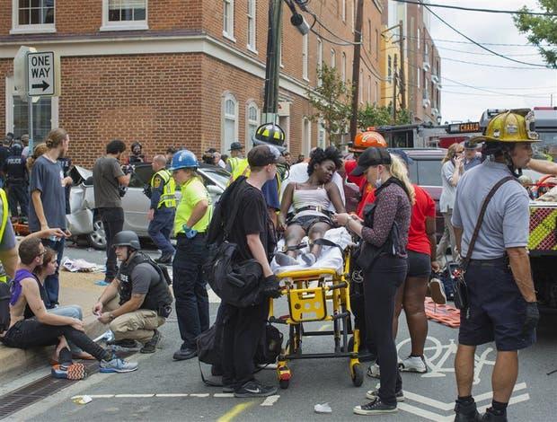 Los grupos de rescate evacúan a los heridos del lugar donde fueron embestidos