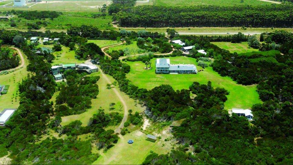 Una vista aérea de los dominios en primera fila al Atlántico. La casa tiene dos plantas, la superior toda reservada para los dueños de casa. Sobre la ruta 10, que lleva a José Ignacio, un cartel rústico que dice Guanahani marca la entrada a su paraíso uruguayo.