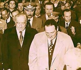 Perón llega con el presidente Cámpora a la brigada aérea de Morón