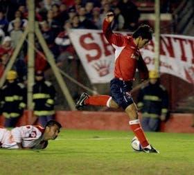 Medero, desde el piso, mira cómo Agüero marca el primer gol de Independiente