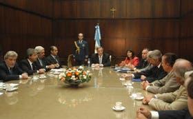 Kirchner, la ministra Felisa Miceli y el secretario de Agricultura (a la izq. de la funcionaria), Miguel Campos, ayer, con representantes del sector cárnico