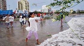 """En Santa Teresita, niños de varias escuelas tiraron flores al mar para recordar a las víctimas de los """"vuelos de la muerte"""""""