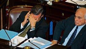Pichetto no pudo disimular la tensión por el fracaso de la sesión; a su lado, el salteño López Arias