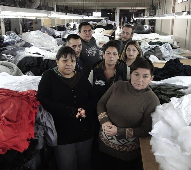 Vanesa, Ángel, Daniel, Ezequiel, Manuela, Carla y Fernanda, entre las telas del taller de corte de SOHO Coop