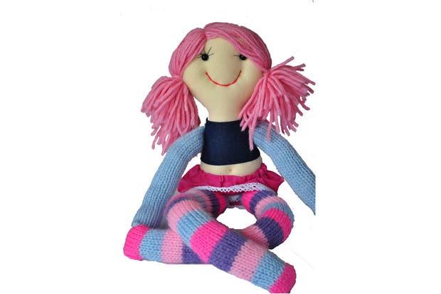 Muñecas de tela como las de antes (Pepuchas, $100) que las nenas pueden diseñar en la página web eligiendo color de pelo, de ojos, de ropita, etc.