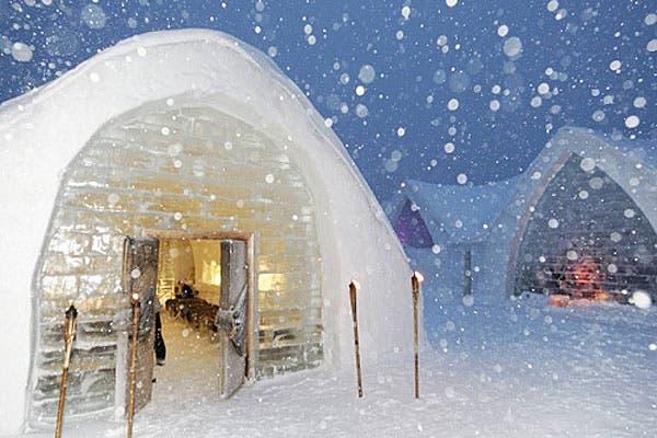 ¿Te imaginaste alguna vez dormir en una habitación de hielo? En el Hotel de Glace, en la estación ecoturística Duchesnay en Quebec, Canadá-, podés alojarte en ambientes esculpidos artísticamente en helados bloques tipo igloo. Foto: travelvivi.com