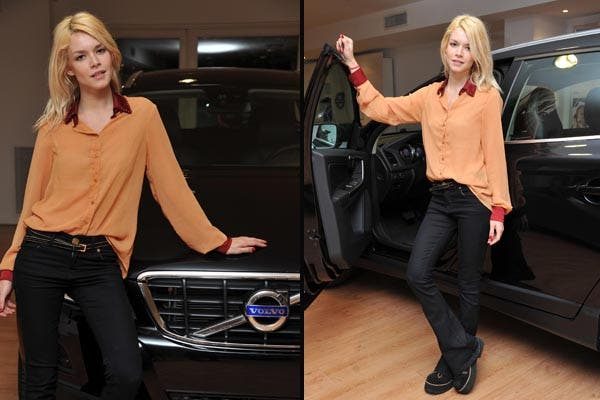 Súper canchera, Flor Salvioni pasó a conocer el nuevo Volvo. ¿Qué se puso? Jeans negros Oxford, camisa transparente con cuello y puños bordó y creepers. Foto: Gentileza Alurralde Jasper Asoc
