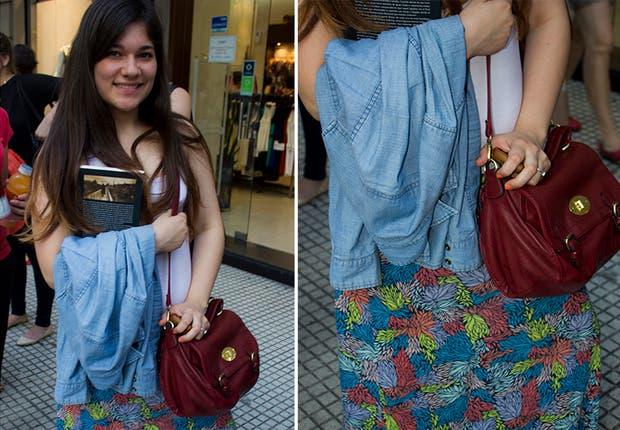 Maxi falda de estampado tropical y camisa de jean. Foto: Agustina Ferreri