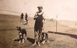 Junto con sus perros, de bañero