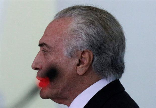 Temer en el Planalto, con una entraña sombra del micrófono sobre su rostro