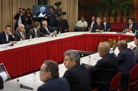 Capriles (izq.) y otros dirigentes opositores se reunieron ayer con Maduro (der.) en el palacio de Miraflores