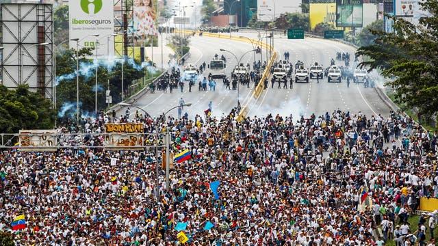 Miles de personas marchan contra el gobierno de Nicolás Maduro en Caracas. Foto: Reuters / Christian Veron