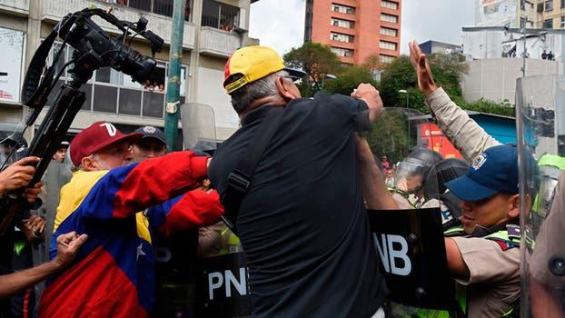 Violenta represión de la policía con los manifestantes. Foto: AFP / Juan Barreto