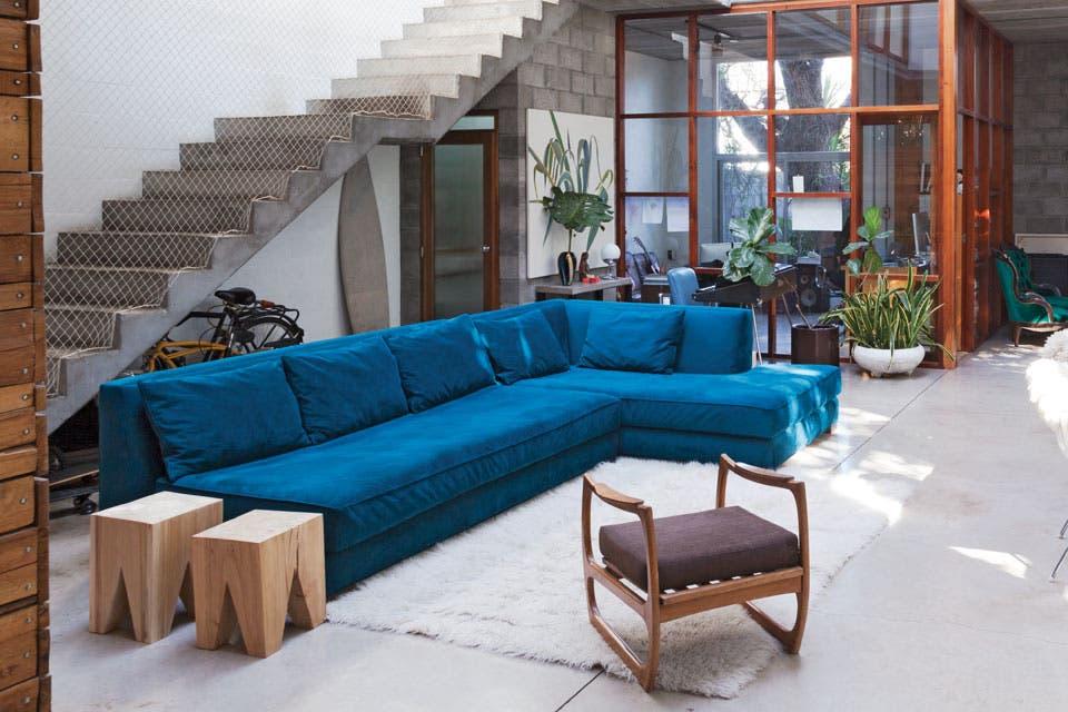 Cuando el sofá es la estrella de la sala no intentes disimularlo. Dale la atención que se merece y volcá el color en él para que se lleve todas las merecidas miradas.  Foto:Living /Archivo LIVING