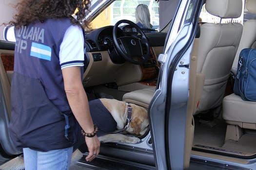 """Las inspecciones constan una revisión que efectúa un inspector y luego una """"pasada"""" con el perro. Foto: LA NACION / Darío del Olmo"""