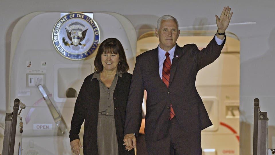 Mike Pence llegó acompa?ado por su esposa Karen Sue