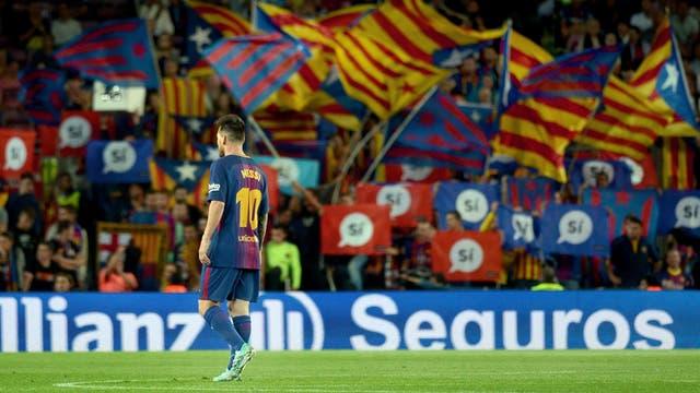 """Messi, con el fondo de las banderas catalanes y carteles que apoyan el """"sí"""" en el referéndum por la independencia"""