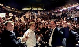 Casal, Alberto Pérez y Scioli, en el estadio del Círculo Policial, con todas las agrupaciones que apoyan al gobernador