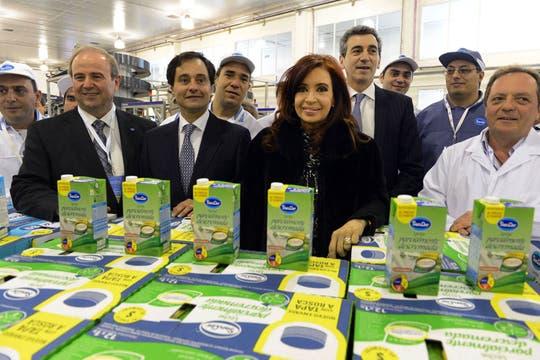 El 17 de septiembre viajó a Chivilcoy para visitar la fábrica de Sancor y anunció un nuevo récord de producción lechera. Foto: Télam