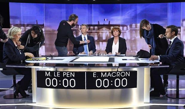 Le Pen y Macron, con los moderadores en el centro, listos para el duelo verbal