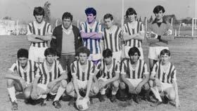 A finales de los 80, un joven Facundo Manes se destacaba en el ataque del club Compañía General de Salto; el fútbol sigue muy presente en la vida del neurocientífico