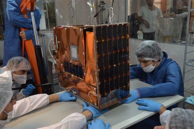 Uno de los nanosatélites que se diseñan en la empresa privada argentina Satellogic