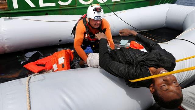 El cuerpo de un joven inmigrantes sin vida, es rescatado luego de caer al mar de su embarcación de goma durante una operación de rescate en el centro del Mediterráneo en aguas internacionales a unos 15 millas náuticas frente a la costa de Zawiya en Libia