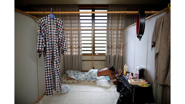 El luchador de sumo Kyokutaisei con su celular durante una pausa en el entrenamiento