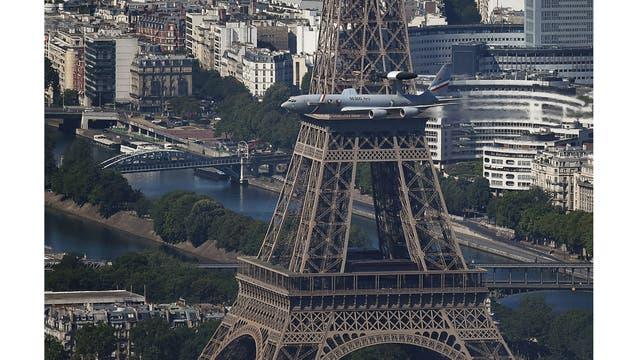 vista de la Torre Eiffel, mientras pasa un avión de la fuerza aérea