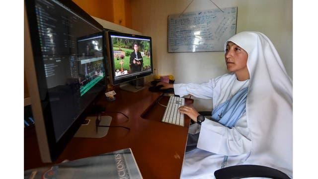 La hermana Francisca edita un video en el convento de las afueras de Cali