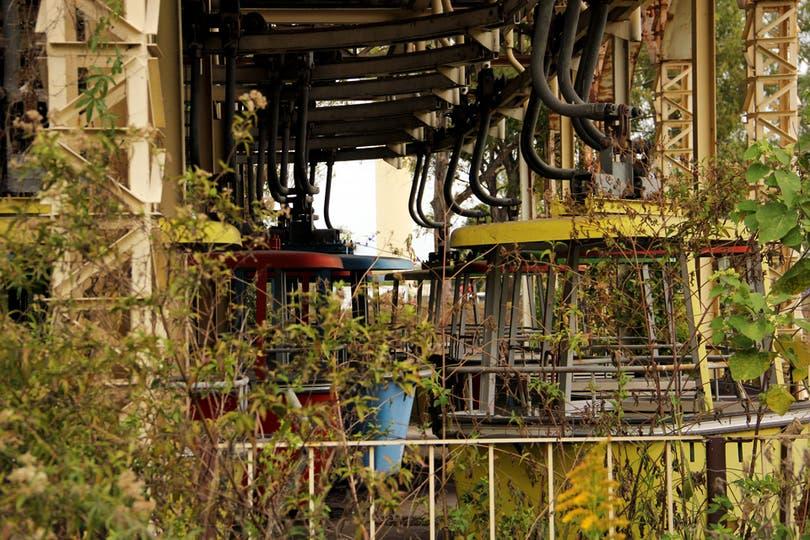 Las cabinas abandonadas entre la maleza; en cada una viajaban 4 personas que atravesaban 12 torres; el juego es suizo. Foto: LA NACION / Mauricio Giambartolomei