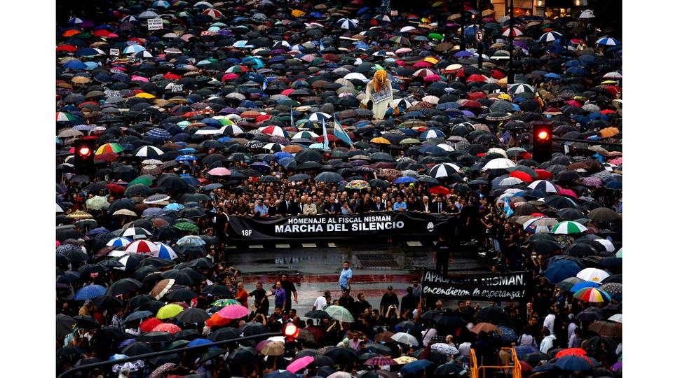 A dos meses de la muerte del fiscal Alberto Nisman, miles de personas se movilizan para pedir el esclarecimiento de su muerte. El funcionario había denunciado a la presidente Cristina Fernández de Kirchner por supuesto encubrimiento en la causa AMIA, Buenos Aires, Febrero 2015. Foto: Pristupluk Ricardo