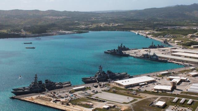 Buques de la Armada amarrados en la Base Naval de Estados Unidos en el puerto de Apra, Guam. El 5 de marzo de 2016