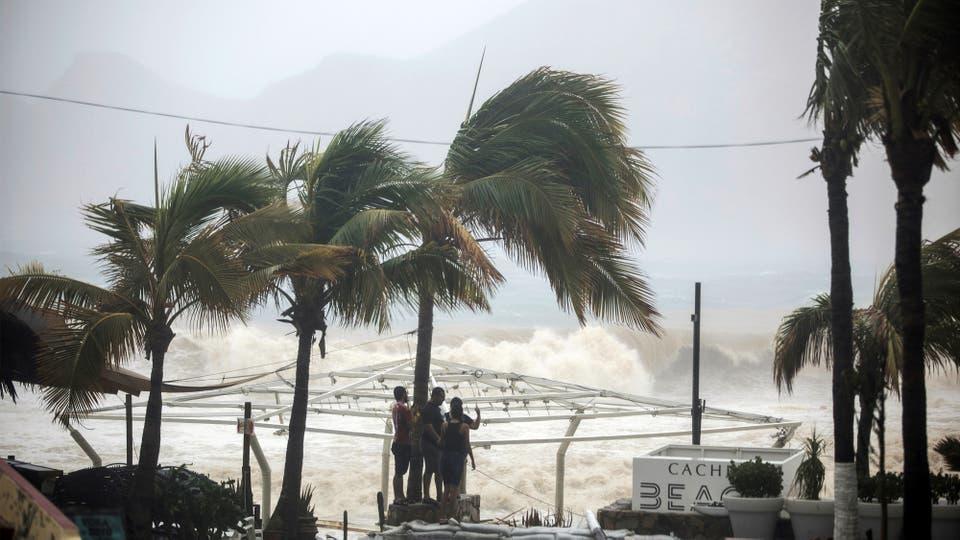 """La tormenta """"Lidia"""" generó enormes olas en las cotas, destruyendo casa y puestos de venta en las playas. Foto: Reuters / Fernando Castillo"""