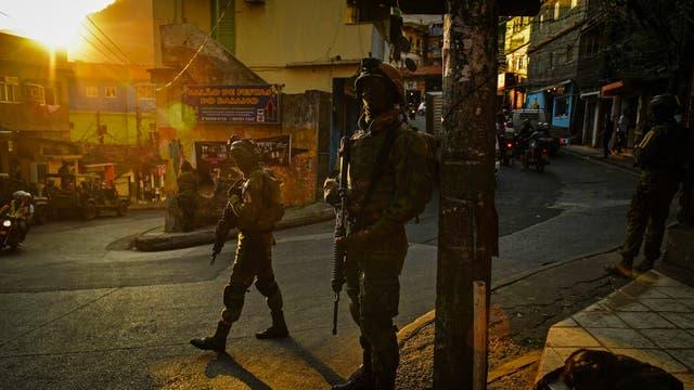 Miembros del ejercito brasilero montan guardia en la Rocinha