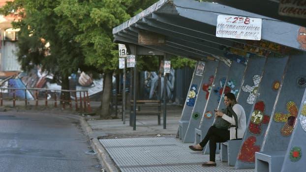 Desde temprano se ven andenes vacío y subtes con los molinetes cerrados, a partir de las 8 de la mañana los colectivos reanudaron sus servicios, pero aún se ven largas colas en las paradas. Foto: DyN / Ezequiel Pontoriero