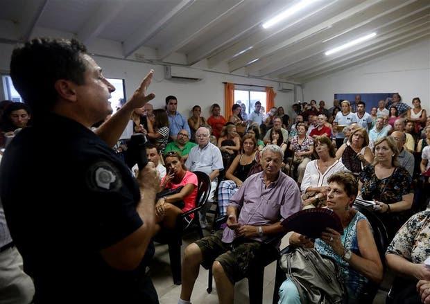 El comisario Olivi responde a las inquietudes de los vecinos en la seccional de Flores