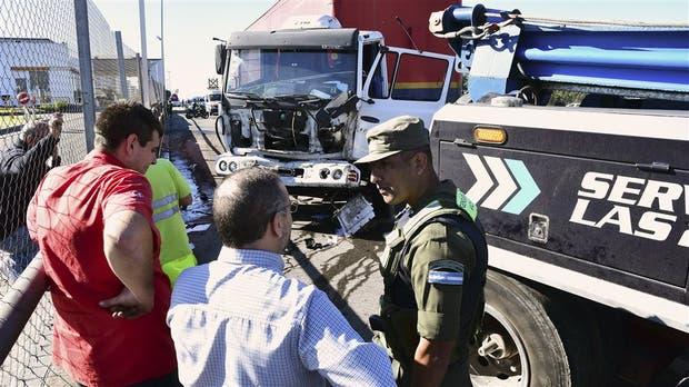 Un camión fue colisionado durante el escape de la banda de piratas del asfalto