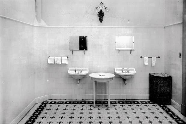 Antes: El cuarto de baño a la antigua, con sanitarios fuera de la escala que permiten los metros..