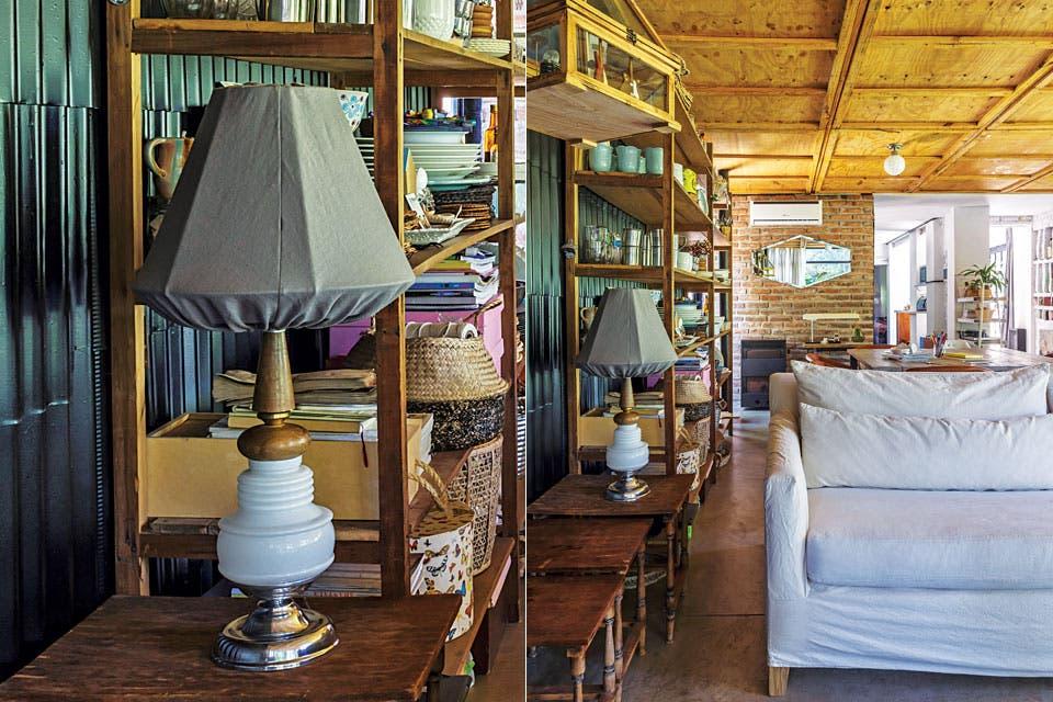 Estantería y mesas nido vintage, sillón con funda y almohadones de tusor (Jaus), alfombra heredada y lámparas de techo 'Glass' (Jaus).  Foto:Living /Daniel Karp