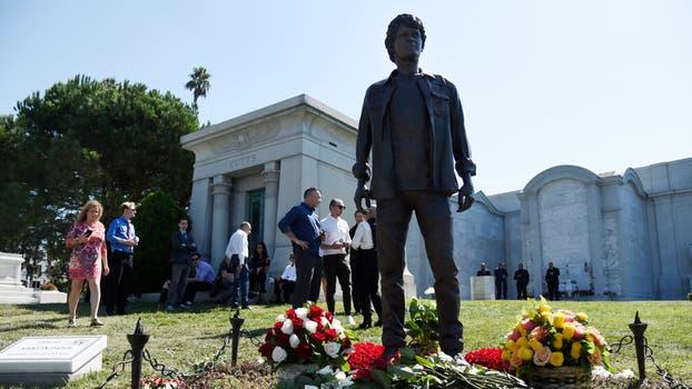 Durante la ceremonia, se reveló una estatua que recuerda al joven actor, en el Hollywood Forever Cemetery de Los Angeles. Foto: AP