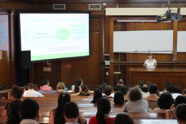 La Dra. Gabriela Savioli dando su conferencia sobre análisis de datos y modelado numérico en la Industria Petrolera