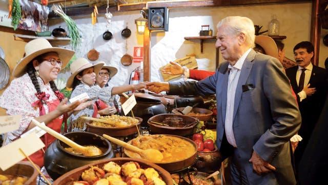 Probó casi todos los manjares locales: guiso de pato, quinoa y calabaza, salsa de erizo, papa al horno gratinada, locro de pecho... Sólo rechazó el cuy