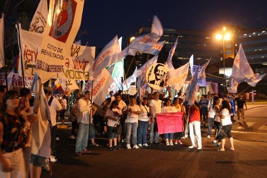 Decenas de familias y seguidores de la Presidenta se instalaron fente al Hospital Austral. Foto: LA NACION / Marcelo Gómez